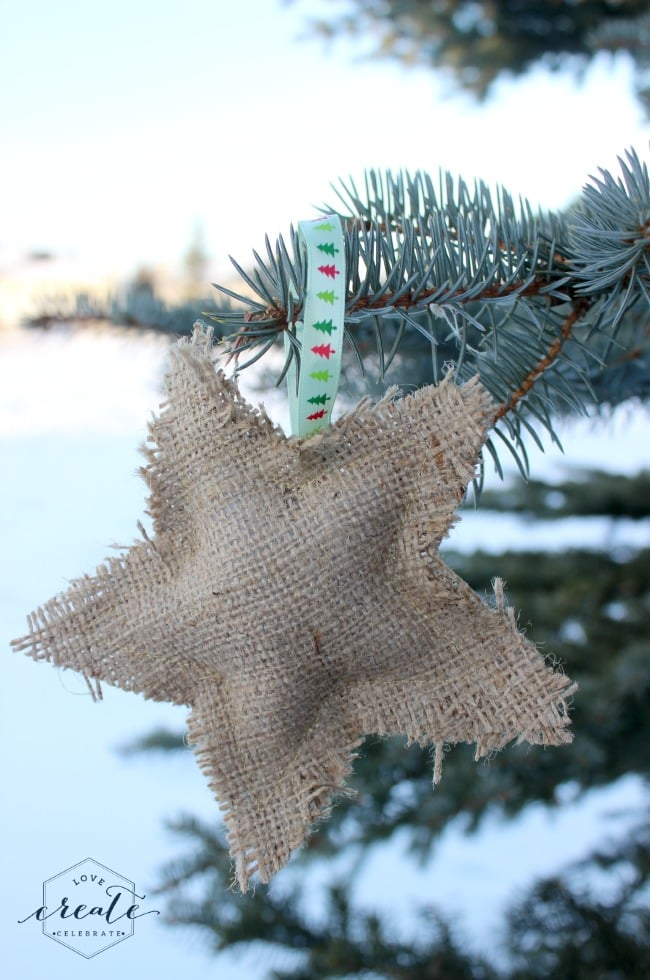 These burlap ornaments are an adorable rustic christmas decoration