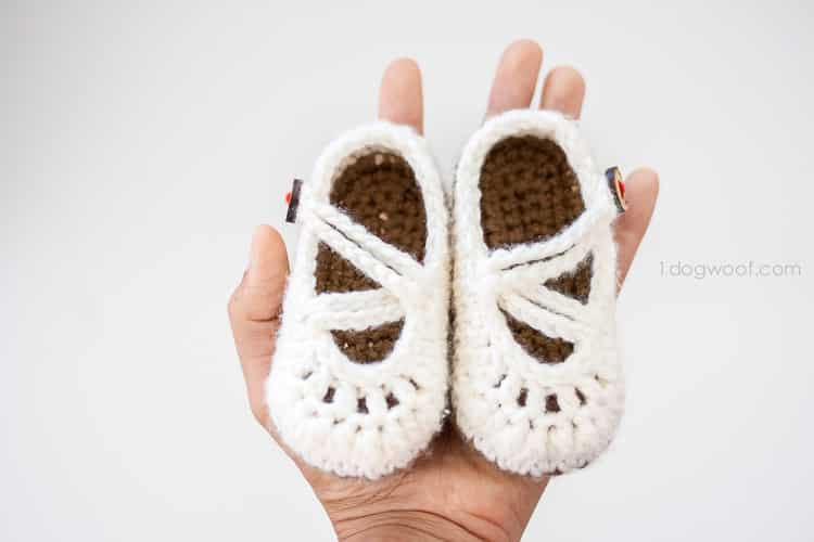 Little baby shoes are an adorable DIY baby accessory for girls - and this craft is super easy to make!