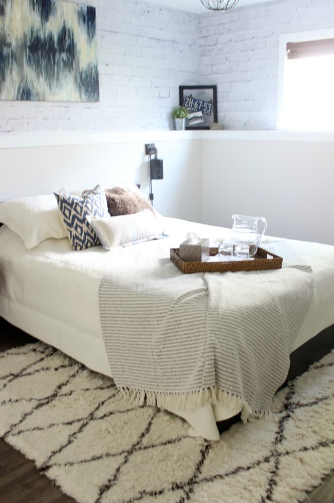 Love the mix of modern and industrial decor in this bedroom design!