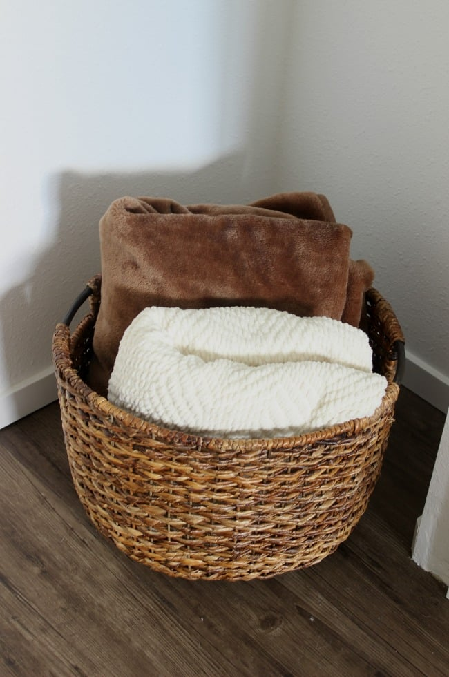 Love the mix of modern and industrial decor in this bedroom design! Perfect basket to store extra blankets for guests.