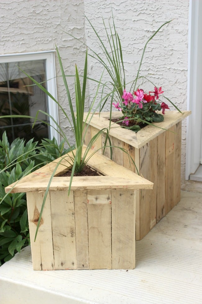 Build a triangle planter for your home