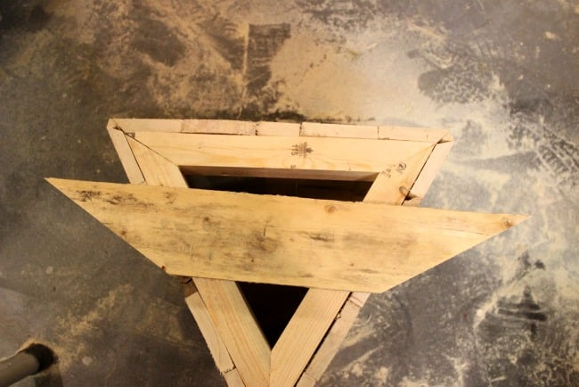 Free plans to build your own Triangle Pallet Planters from an old pallet. Who doesn't love a quick and easy DIY pallet project! Beautiful pallet furniture for your patio or deck!