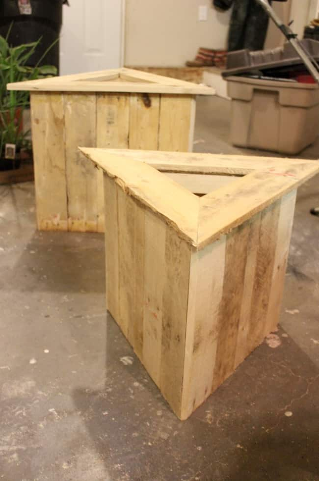 Free plans to build your own Triangle Planters from an old pallet. Who doesn't love a quick and easy DIY pallet project! Beautiful pallet furniture for your patio or deck!