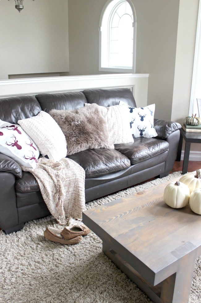 A beautiful cozy home tour for the autumn. Love the warm and inviting home decor ideas for autumn!