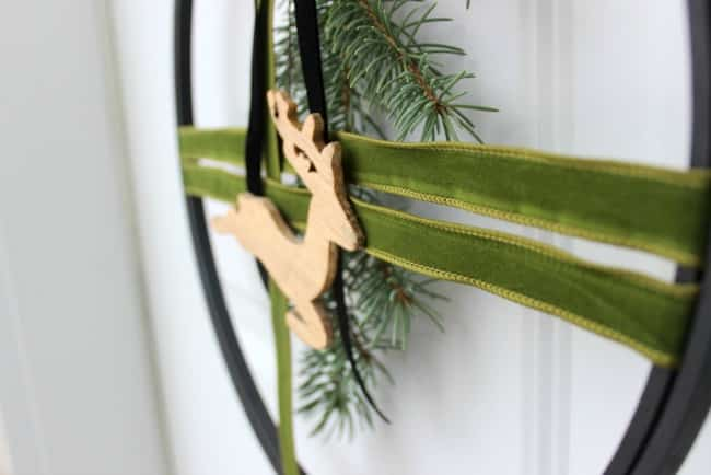 Love the design of this modern embroidery hoop Christmas wreath!