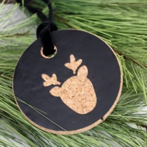 Love these simple DIY Christmas ornaments that you can make in just a few minutes! Beautiful modern design that you can do in any colour! Love the cork coaster background :)