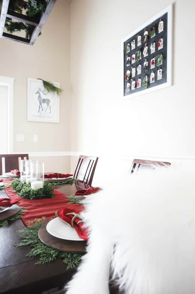 Simple Christmas decorations that you can add to your kitchen to give it a perfectly cozy and festive feel. Plus a simple and beautiful rustic place setting!