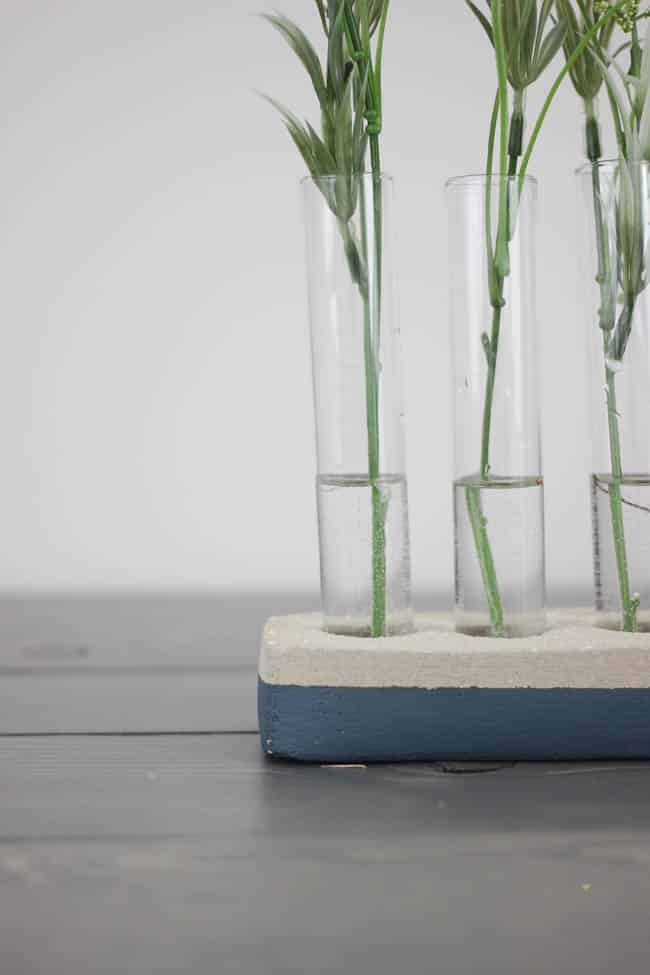 Use this amazing fast-drying to make this creative DIY concrete vase! The perfect Spring decor with an industrial touch! Love this idea!