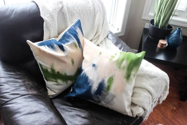 Make beautiful abstract painted pillows for your home. Watch this quick video tutorial to learn how! Great DIY home decor idea :)