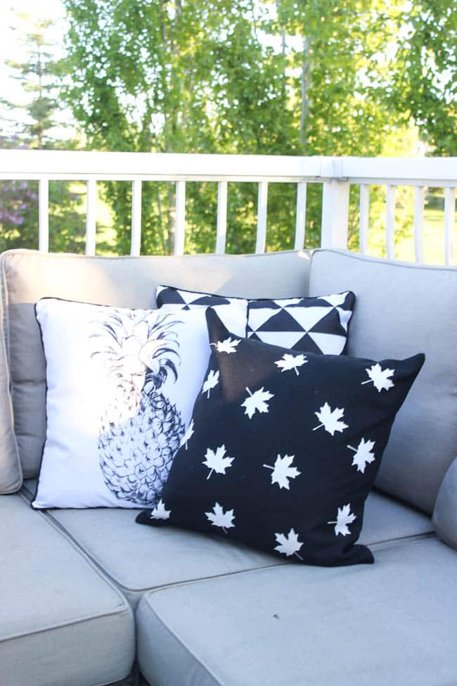 Love this modern take on Canada Day decor! These simple black and white pillows can be made in less than 30 minutes and are perfect for the patio! Perfect quick DIY!