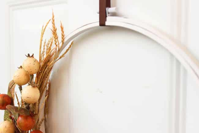 A cheap fall decor idea! Use an embroidery hoop to make a beautiful fall wreath! The perfect fall decoration idea. And you can make the entire piece in less than 20 minutes! Love the modern look of this fall DIY project :)