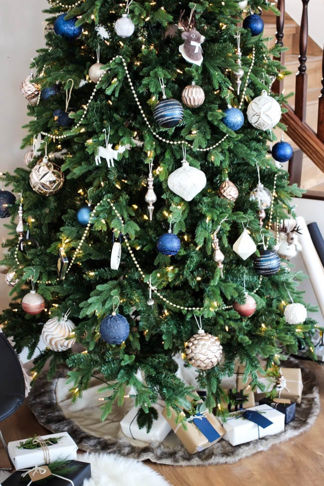 Modern holiday home 5 tips and tricks for a designer for Blue gold and white christmas tree