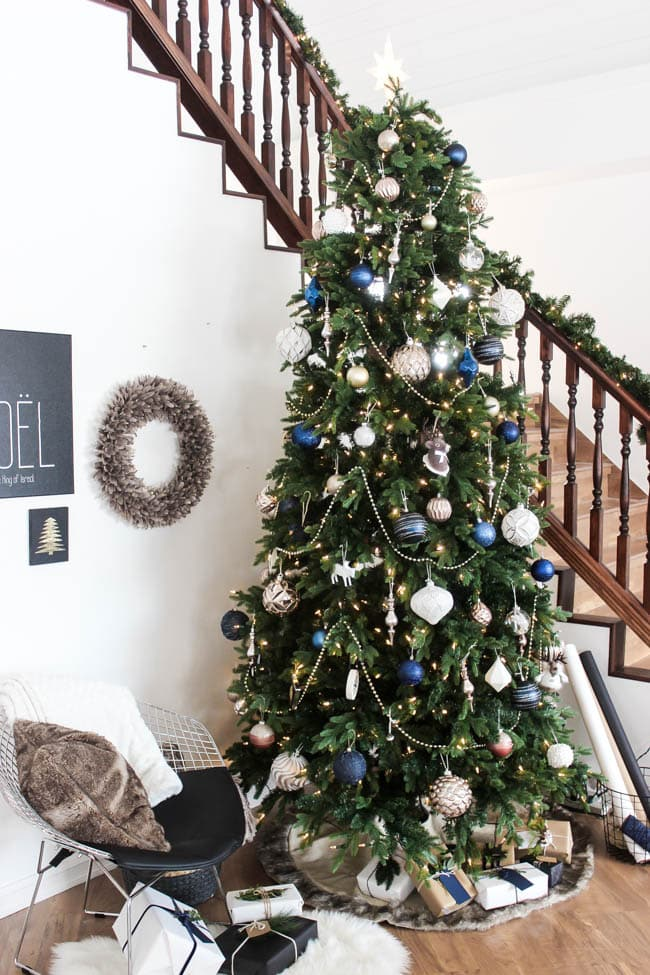 A beautiful, wintery tree for the Christmas season. Love the blue, white, and gold combination. The beaded garland is the perfect accessory! Get five great tips and ideas for making your own perfect, designer Christmas tree!