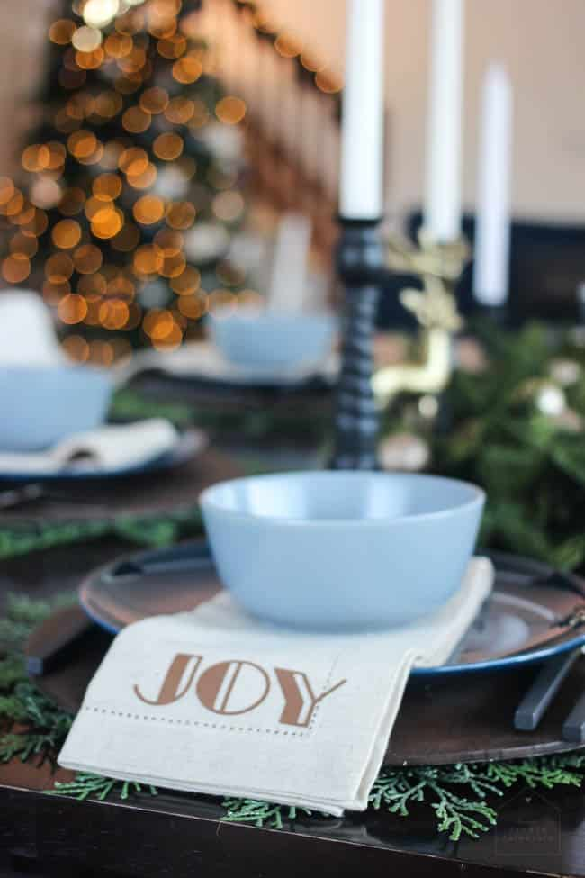 Beautiful holiday napkins! Use iron-on to add a simple, personalized design to any linen or cloth napkins with your Cricut! Love this modern DIY idea for Christmas!