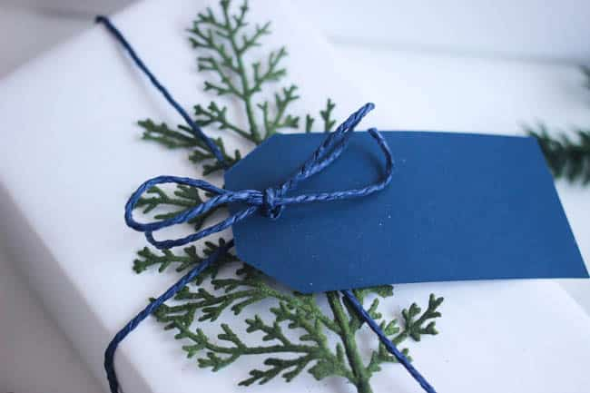 This minimal gift wrapping is perfect for the winter season!