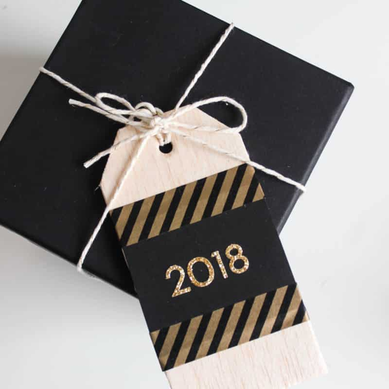Beautiful wooden gift tags for Christmas or New Years. Love the simple modern designs. You can easily recreate them in just a few minutes! Black and gold are the perfect colours for a New Years Eve party!