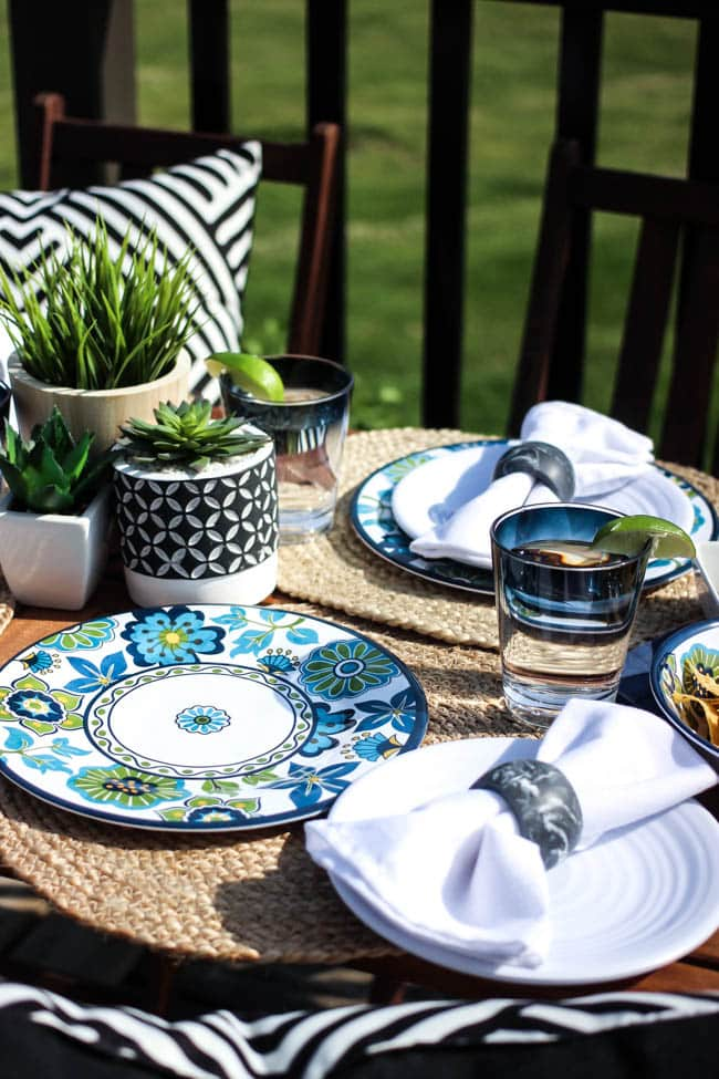 Create an easy outdoor dining tablescape with a few beautiful summer pieces! Love the floral patterned melamine plates on this summery table setting and the simple centrepiece!