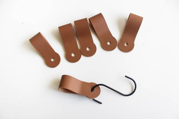 Gorgeous! Make your own modern entry wall hooks with this simple tutorial! Learn how to cut leather on the Cricut machine and make beautiful entryway home decor! LOVE this DIY leather idea!