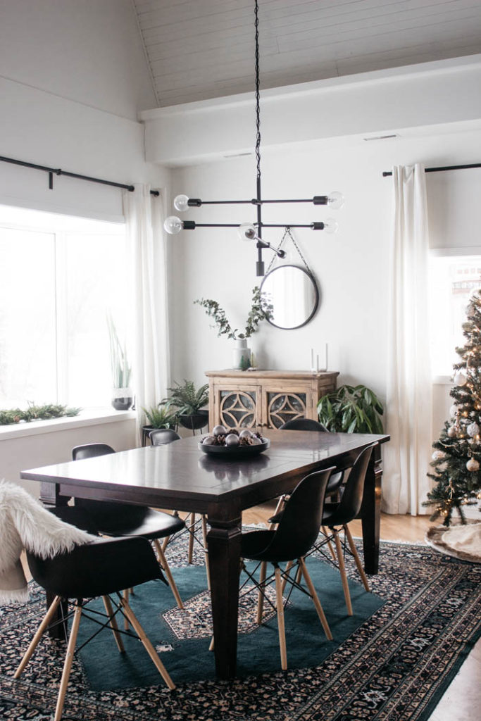 A Modern Minimalist Christmas Kitchen and Dining Room! LOVE the subtle touches of Christmas and the beautiful decor in these two rooms. A beautiful mix of natural colours in the green, black, and white colour palette. Touches of nordic and scandi style in this minimalistic holiday design. #nordic #modern #Christmas #Christmasdecor #ChristmasKitchen #blackandwhite