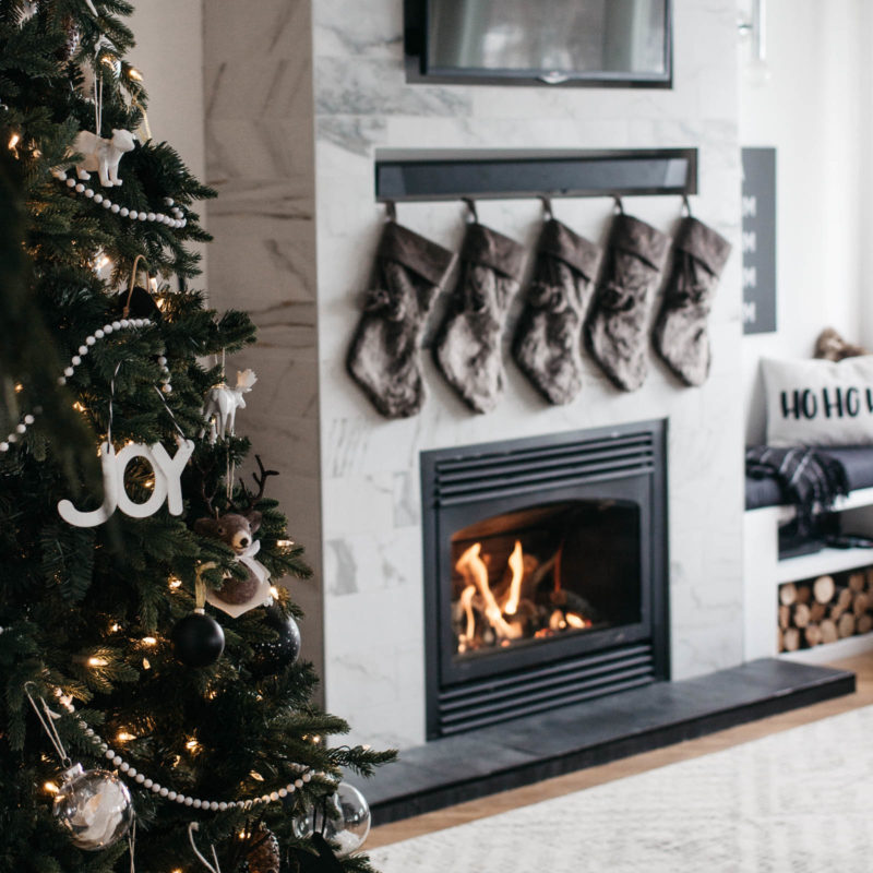 A stunning modern Christmas home tour! Love all of the monochromatic decor in this natural home tour. Beautiful black and white palette for this holiday living room! #moderndecor #monochrome #Christmas #modernChristmas #hometour