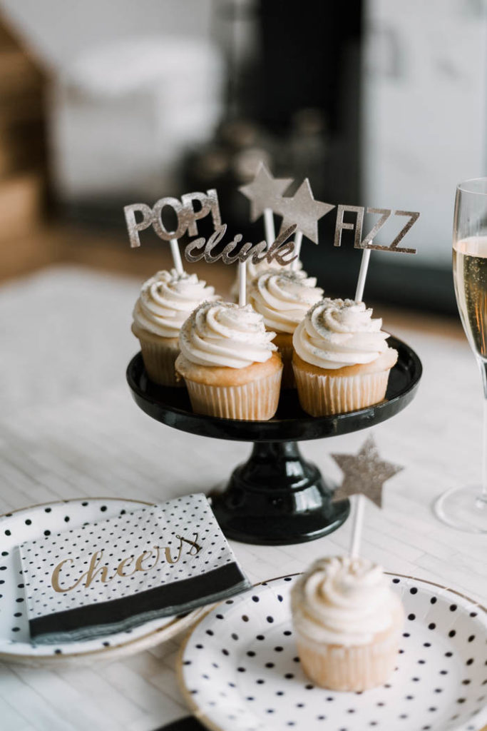 Perfect New Years Cupcake Toppers! Love these gold toppers for a Gold, Black and White New Years Eve Party! Easy to make with the Cricut! #NewYears #gold #party #cupcaketoppers