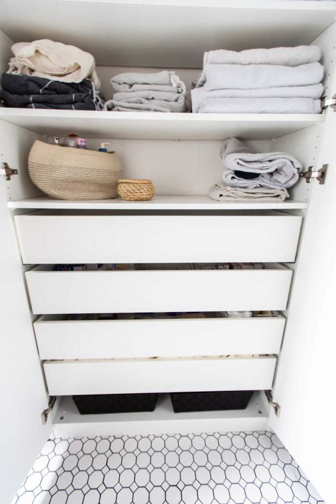 Great use of space in this beautifully organized bathroom! Love these 5 great tips for organizing your drawers. So many practical and functional ideas for how to organize with just a few items. Beautiful stylish organization! #organization #bathroomorganization #modernbathroom #homeorganization