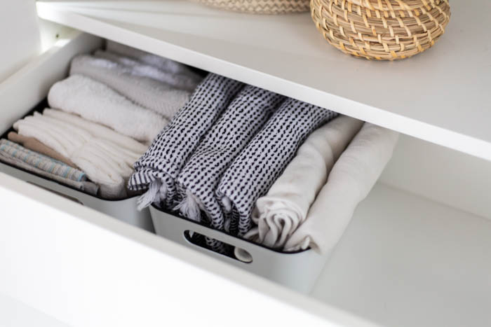Marie Kondo folding method. A beautifully organized linen closet in 7 quick steps! Looking to add some organization to your linen closet? These easy tips and tricks will help your linen cabinet stay organized. #organization #konmari #linencloset