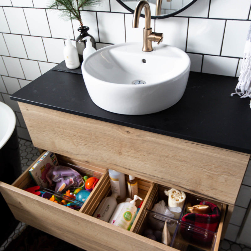 Beautifully organized bathroom vanity! Love these 5 great tips for organizing your drawers. So many practical and functional ideas for how to organize with just a few items. Beautiful stylish organization! #organization #bathroomorganization #modernbathroom #homeorganization #konmari