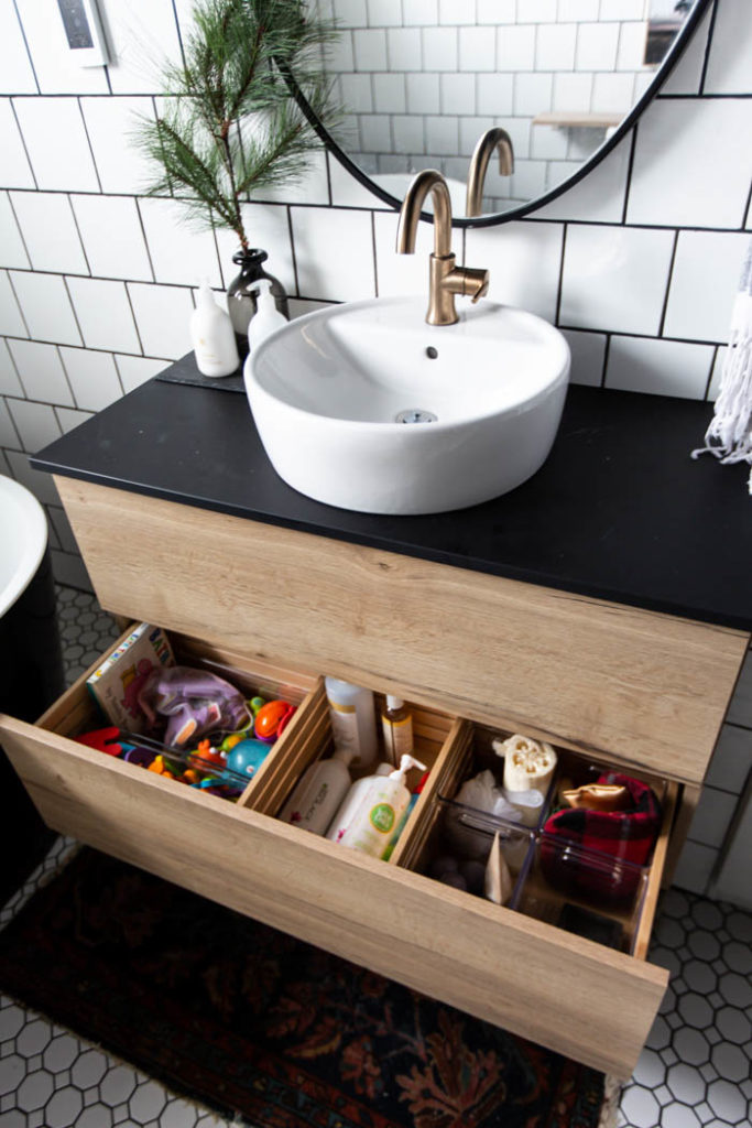 Beautifully organized bathroom! Love these 5 great tips for organizing your drawers. So many practical and functional ideas for how to organize with just a few items. Beautiful stylish organization! #organization #bathroomorganization #modernbathroom #homeorganization #konmari