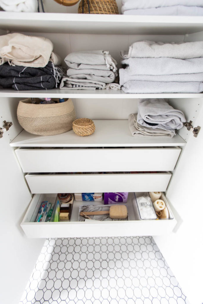 Beautifully organized bathroom & linen cabinet drawers! Love these 5 great tips for organizing your drawers. So many practical and functional ideas for how to organize with just a few items. Beautiful stylish organization! #organization #bathroomorganization #modernbathroom #homeorganization