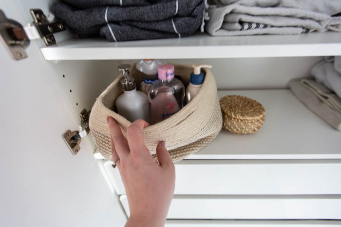 Pretty linen closet storage. A beautifully organized linen closet in 7 quick steps! Looking to add some organization to your linen closet? These easy tips and tricks will help your linen cabinet stay organized. #organization #konmari #linencloset