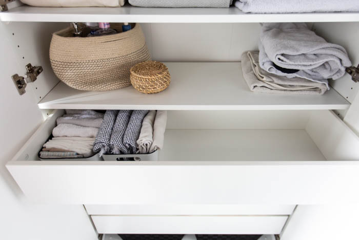 Organizing towels. A beautifully organized linen closet in 7 quick steps! Looking to add some organization to your linen closet? These easy tips and tricks will help your linen cabinet stay organized. #organization #konmari #linencloset