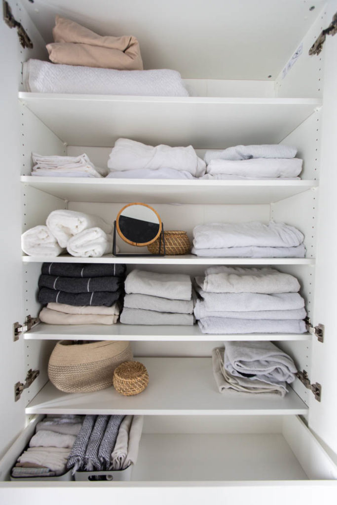 Organized linen cabinet. A beautifully organized linen closet in 7 quick steps! Looking to add some organization to your linen closet? These easy tips and tricks will help your linen cabinet stay organized. #organization #konmari #linencloset