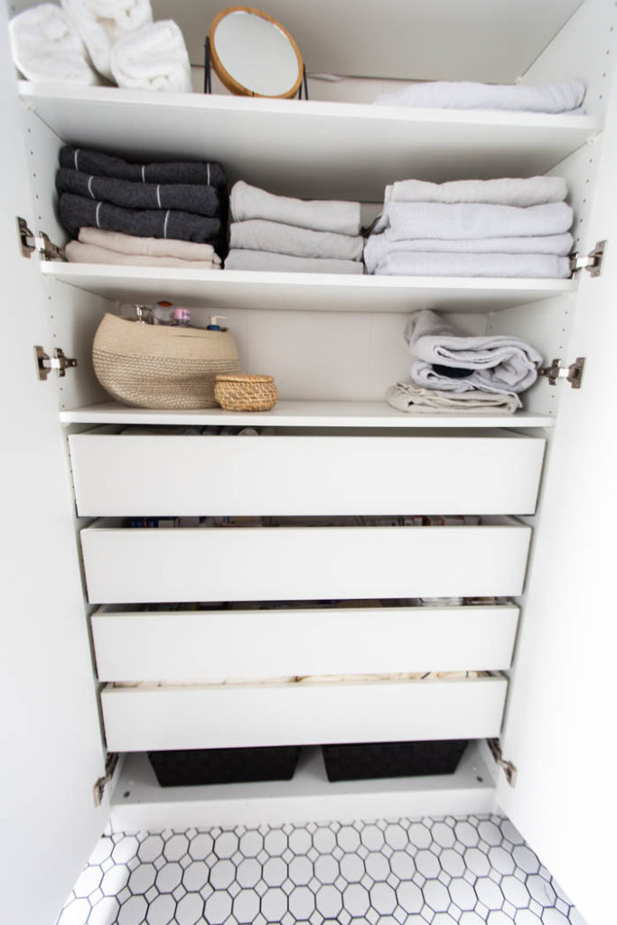 Organized linen closet. A beautifully organized linen closet in 7 quick steps! Looking to add some organization to your linen closet? These easy tips and tricks will help your linen cabinet stay organized. #organization #konmari #linencloset