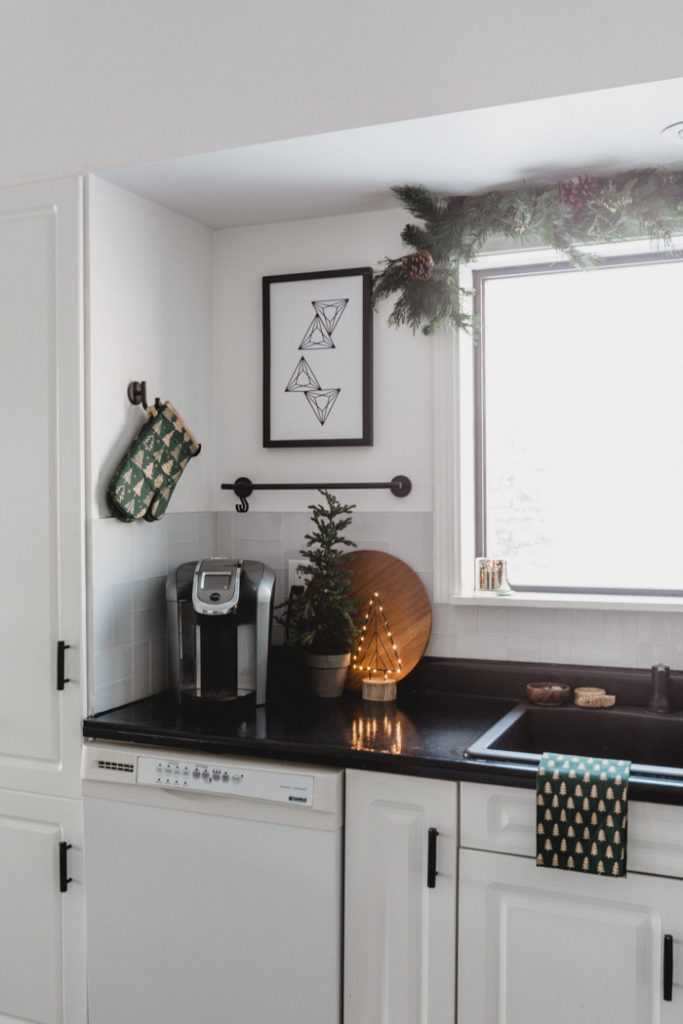 minimalist Christmas kitchen decor