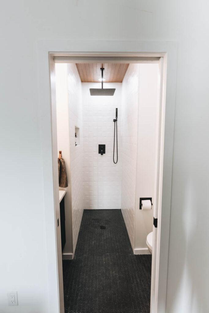 modern small bathroom design idea
