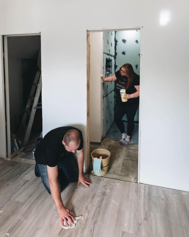 #AD ENSUITE PROGRESS! 🎉🎉 Can you believe that a month ago, this was just a corner of a bedroom?! We're literally creating a new room out of nothing! But while the bathroom is looking amazing, the rest of the house is seriously suffering 🥴 #renoproblems. So we're taking a mid-renovation break to stock up on cleaning supplies to tackle this chaos – and stock up on @airmiles_canada Miles at the same time! If you're in spring cleaning mode too @SafewayCanada is offering some great Bonus Mile Offers right now, including a bonus 95 Bonus Miles when you buy 6 select cleaning supplies during the Blue Bonus event from April 22 - 28 at Safeway (that's equivalent to $10 worth of groceries!) Anyone else's home become a little chaotic mid-reno?! Tell me it's not just us! lol.